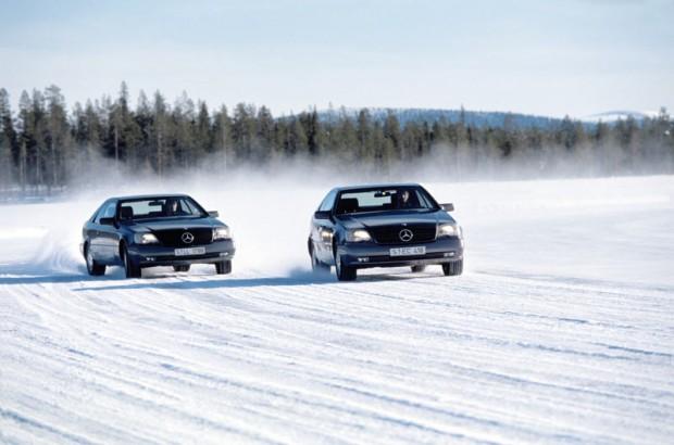 Marca 1994 so na severu Švedskem v primerjalnem testu po zasneženem jezeru preizkušali delovanje sistema ESP. Vozilo s sistemom ESP ni imelo težav pri vožnji in je poligon prevozilo brez težav.