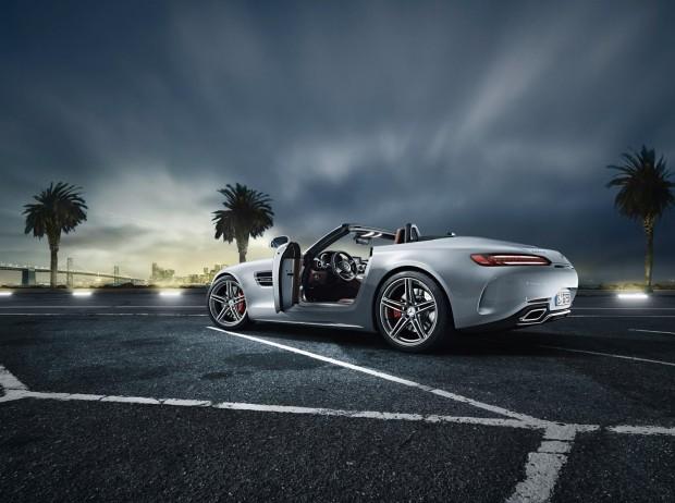 Roadster predstavlja za voznika povsem novo izkušnjo - veter v laseh in zvok V8 motorja.